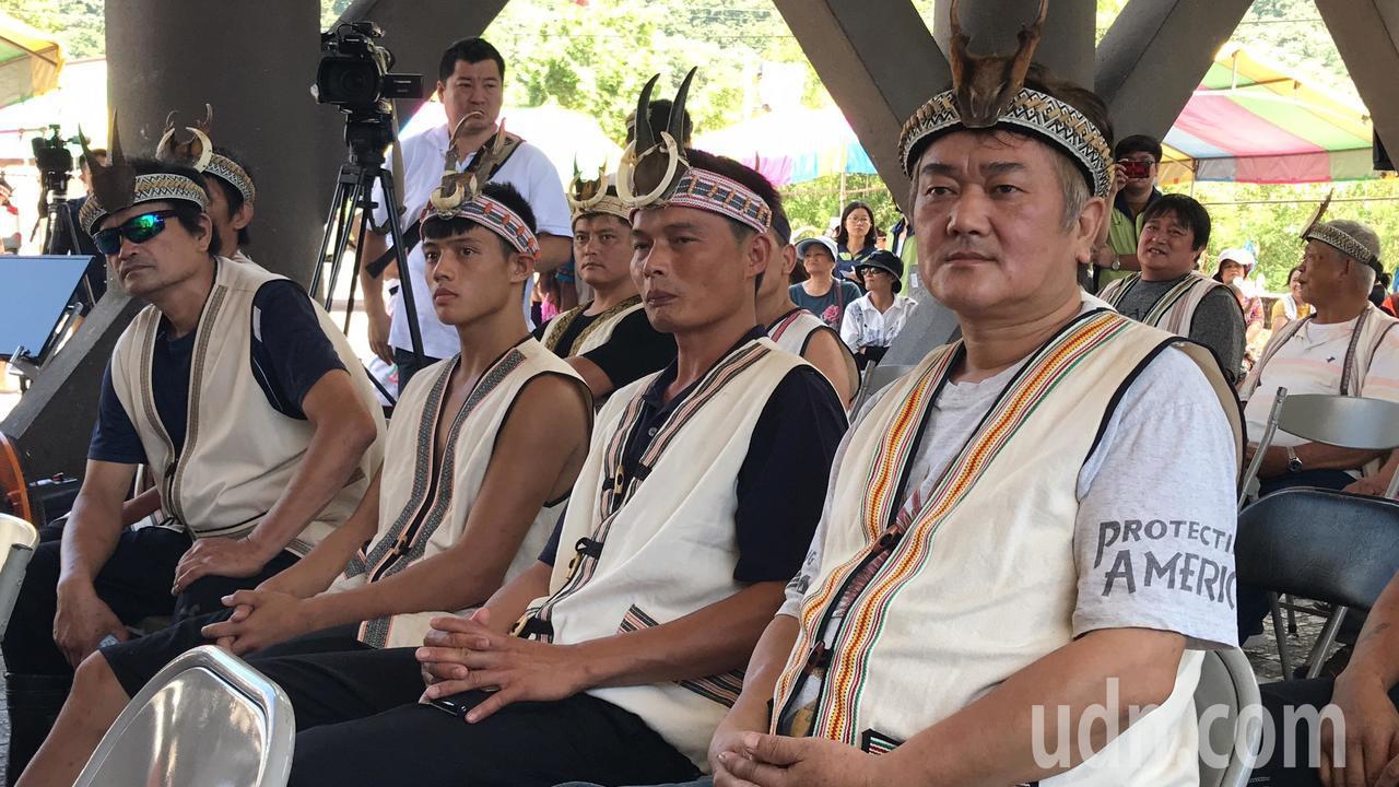 花蓮秀林鄉銅門部落族人今天獲得獵人證,一年內上山不再需要事先申請,族人相當開心。...