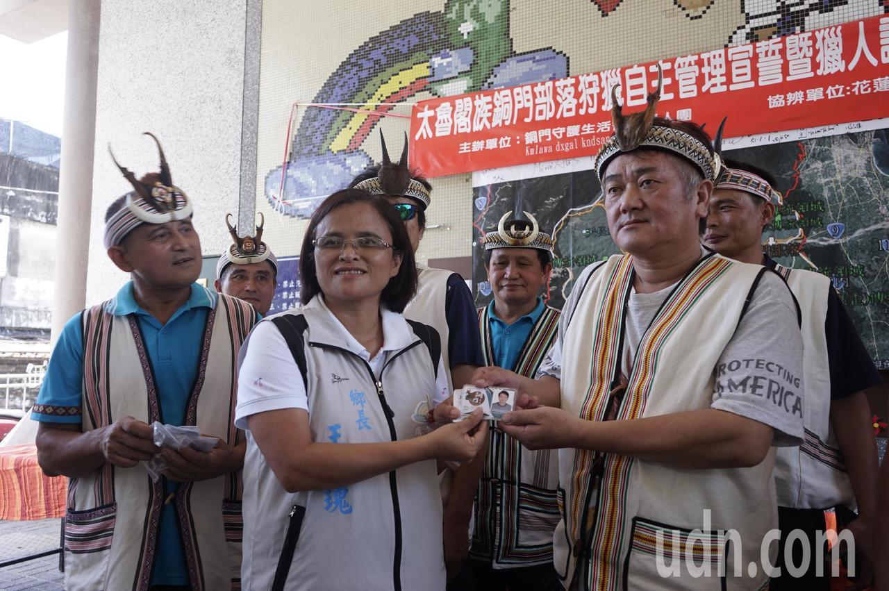 花蓮縣秀林鄉長王玫瑰(右2)代表頒發獵人證。記者王燕華/攝影