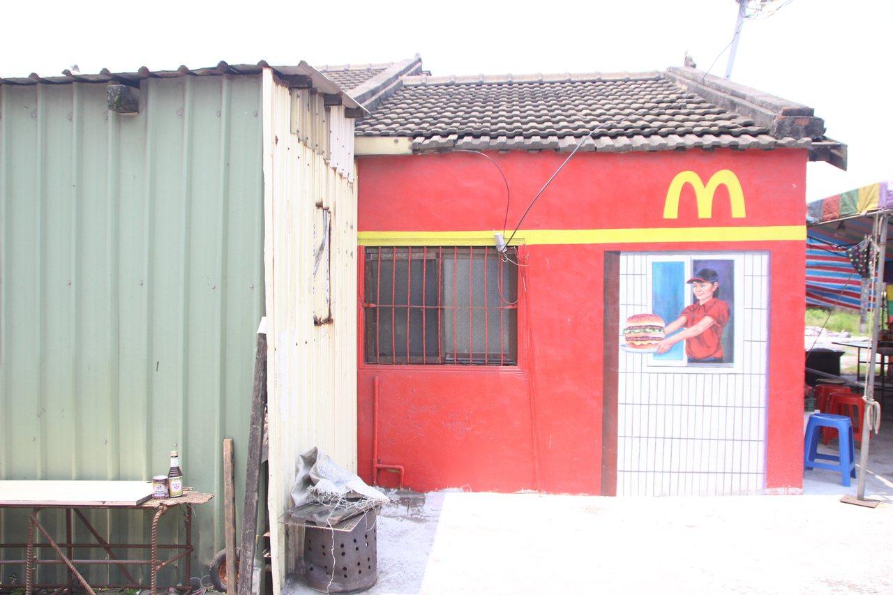 彰化芳苑鄉漢寶村請彩繪師在老舊平房彩繪。記者林敬家/攝影
