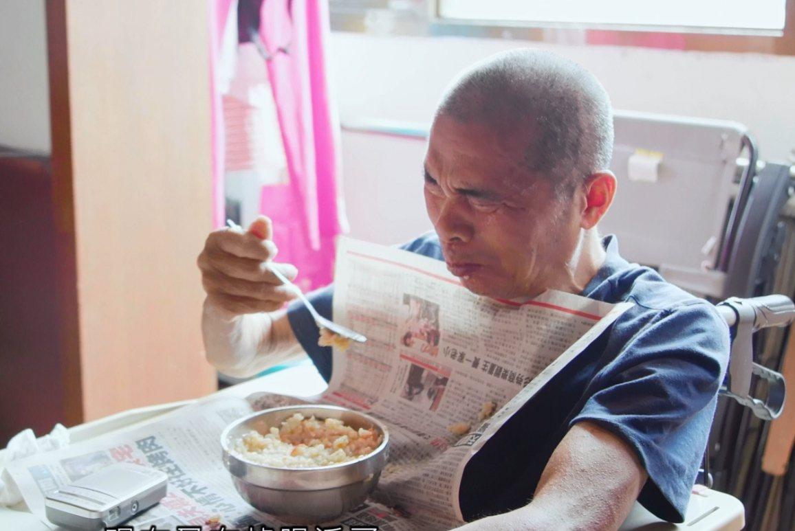 一台收音機就讓劉姓老翁老淚縱橫,這頓飯吃得五味雜陳。圖/雙福基金會提供
