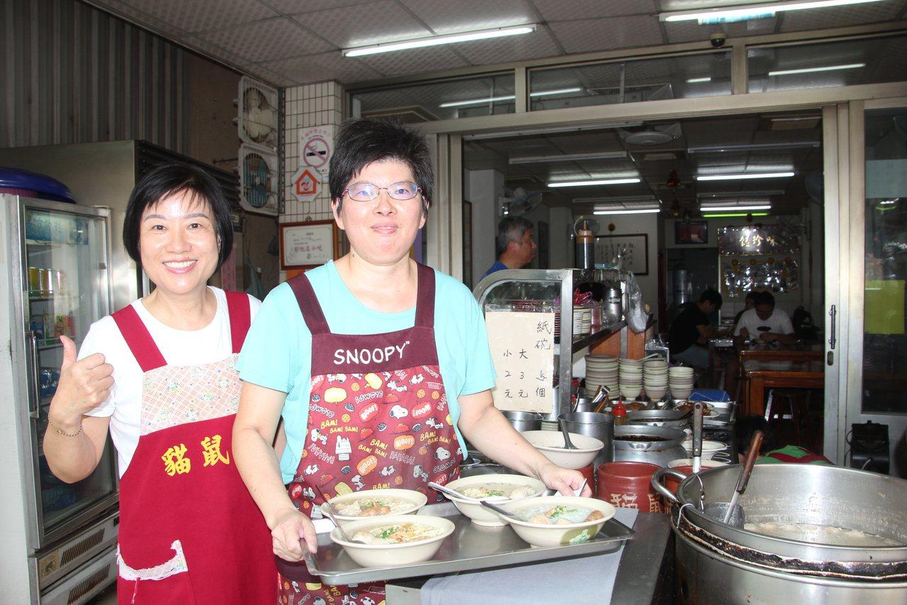 彰化市陳稜路知名的貓鼠麵用瘦肉和蛤仔熬湯,麵湯特別鮮甜,有不少日本客人慕名來吃。...