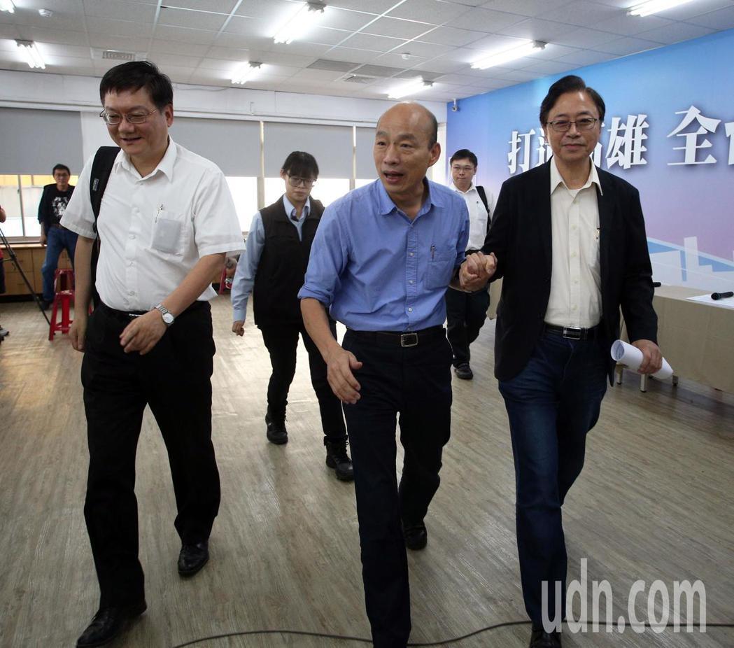 國民黨2020總統提名人韓國瑜(右二)舉行能源國政說明會,並在臉書開直播,由國政...