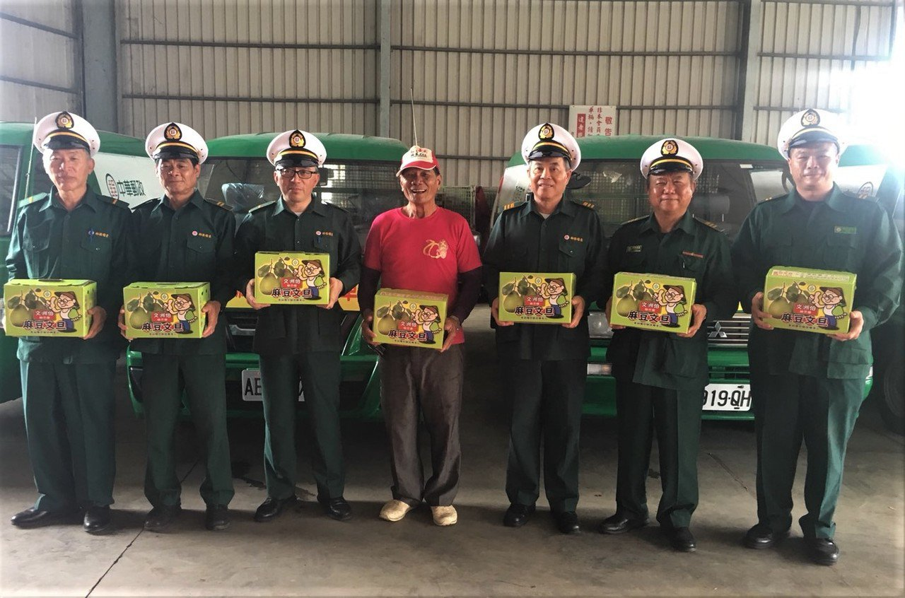 台南郵局成立上收中心,在文旦季服務柚農。記者吳淑玲/攝影