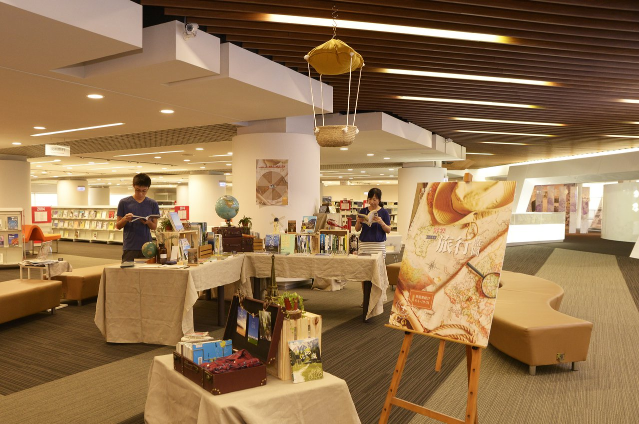 國立清華大學圖書館舉辦主題書展,提供讀者不同角度的旅行資訊。記者張雅婷/攝影