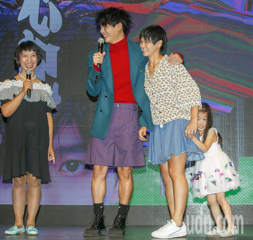 歌手蔡旻佑(左二)加盟何樂音樂後發行的第一張作品《變心記》下午舉發片記者會,媽媽