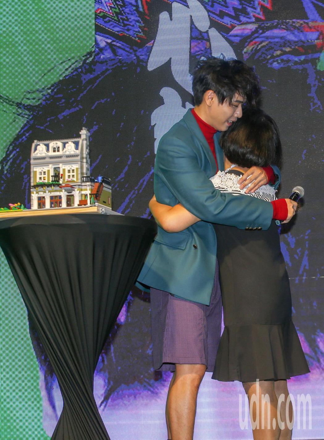 歌手蔡旻佑加盟何樂音樂後發行的第一張作品《變心記》下午舉發片記者會,蔡旻佑跟母親...