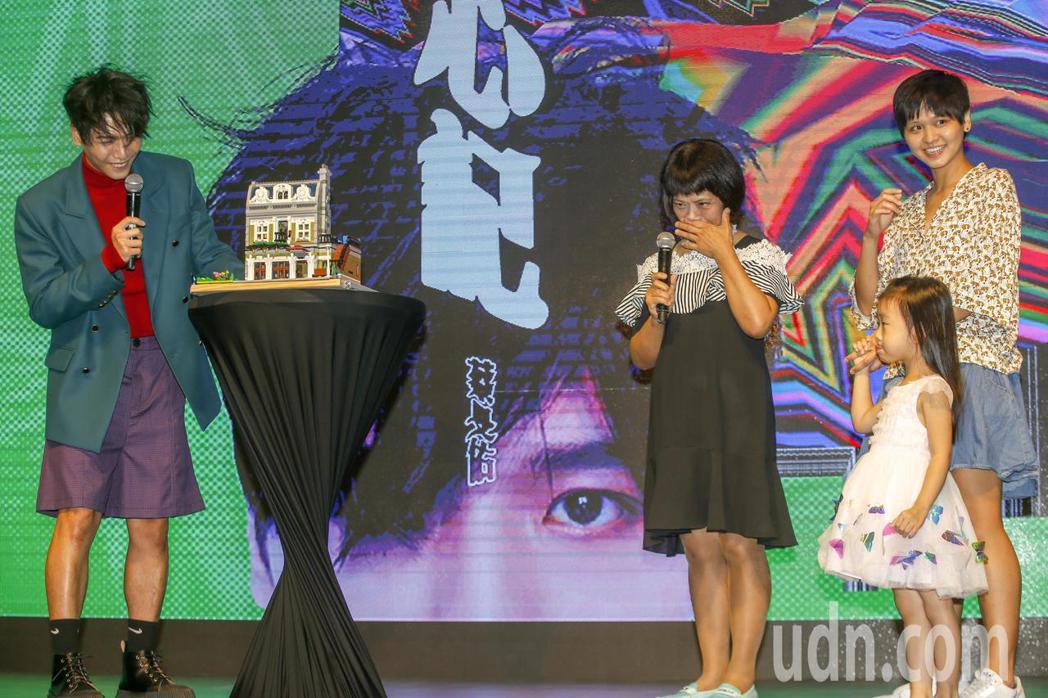 歌手蔡旻佑(左起)加盟何樂音樂後發行的第一張作品《變心記》下午舉發片記者會,媽媽...
