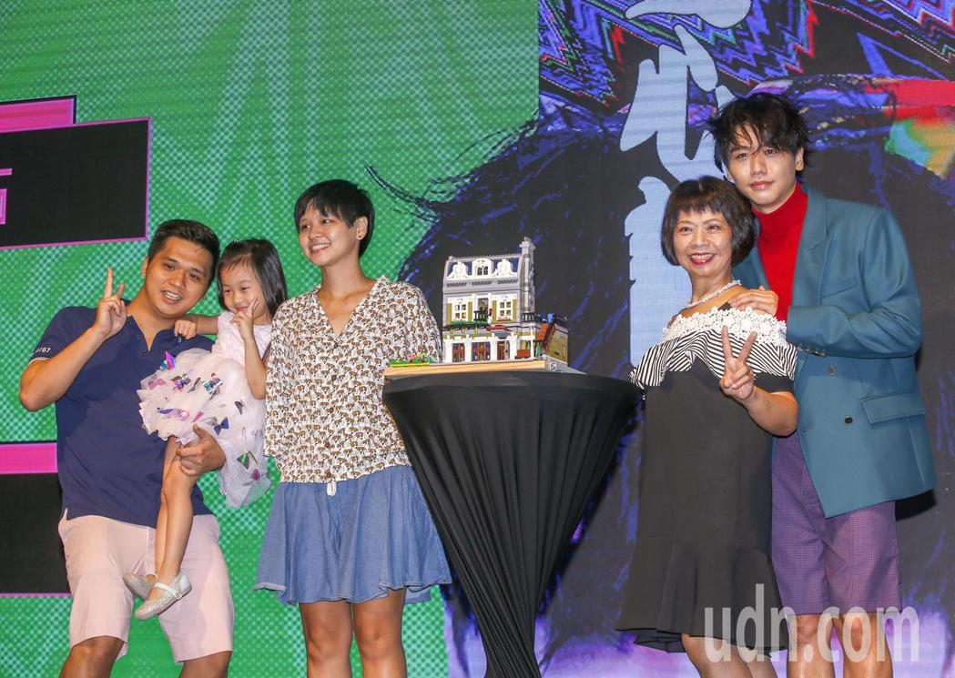 歌手蔡旻佑(右起)加盟何樂音樂後發行的第一張作品《變心記》下午舉發片記者會,媽媽...