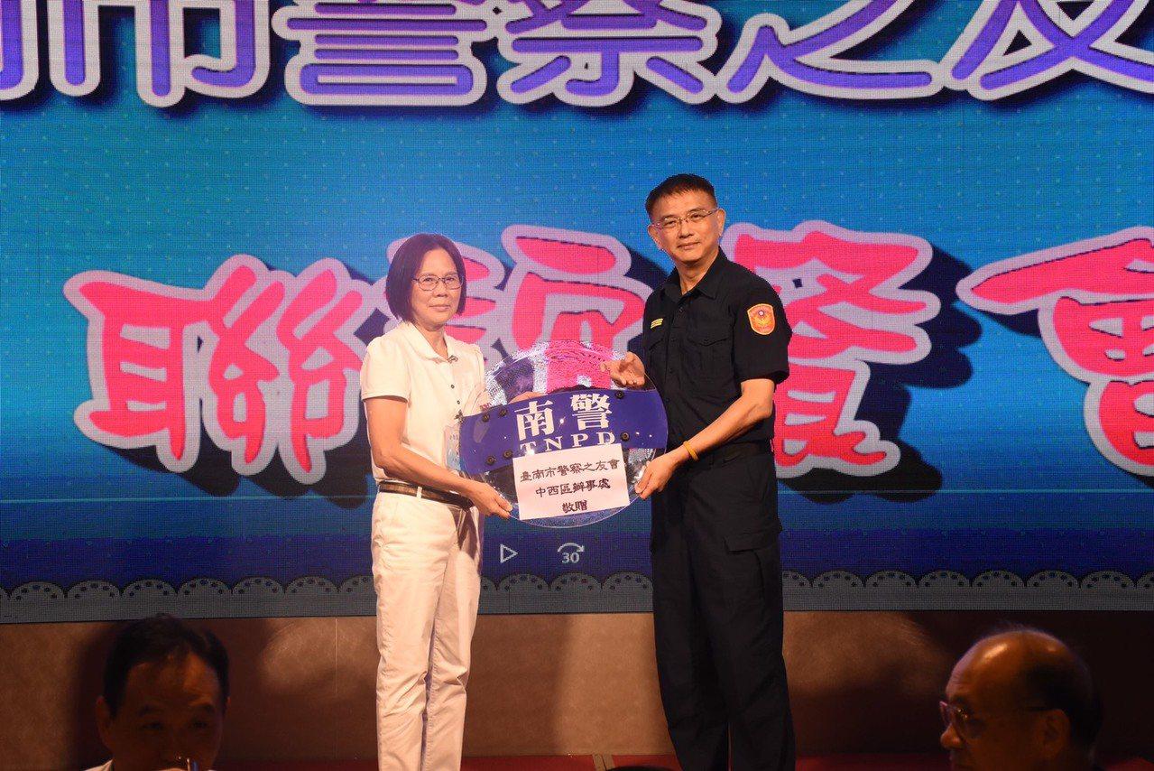 台南市警察之會及中西區辦事處為守護員警在外執勤安全,捐贈30面防禦型盾牌給台南市...