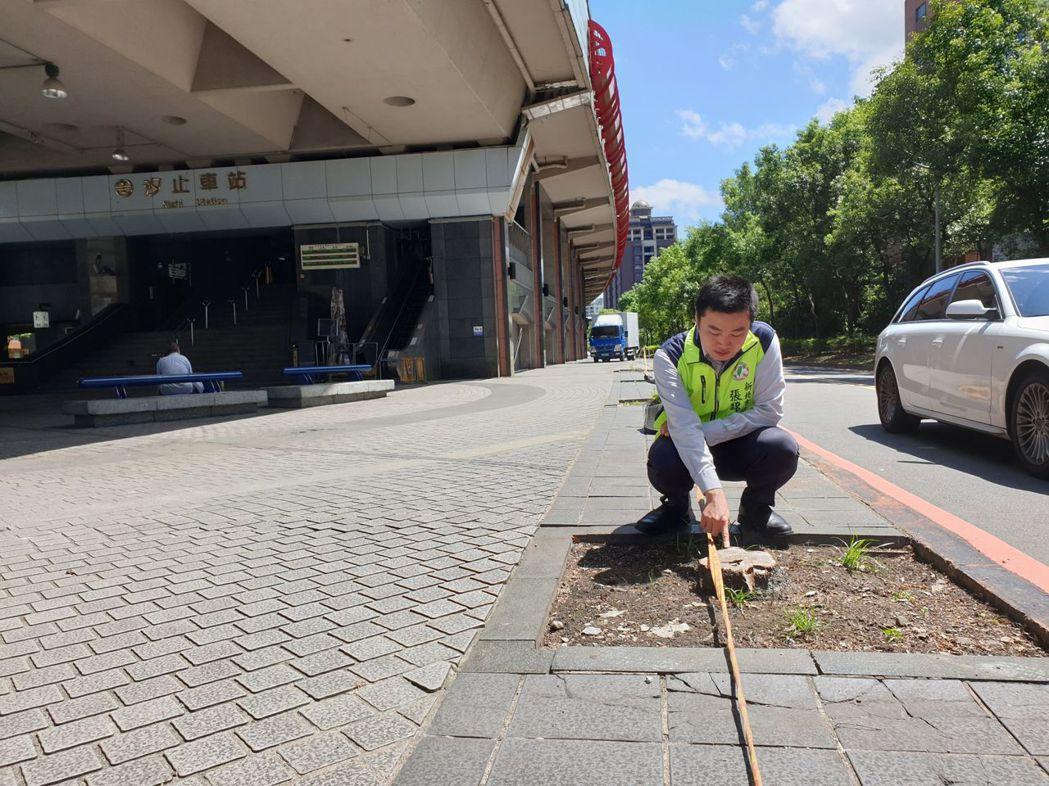 民進黨議員張錦豪指出,汐止火車站旁的路樹及電線遭移除,卻只稍加隔離,不但造成居民...