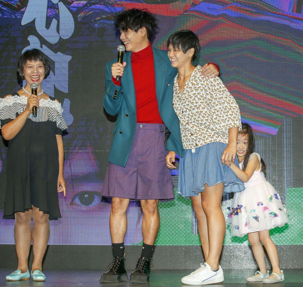 蔡旻佑發片,家人出席力挺,蔡媽媽(左起)、妹妹與姪女。記者鄭超文/攝