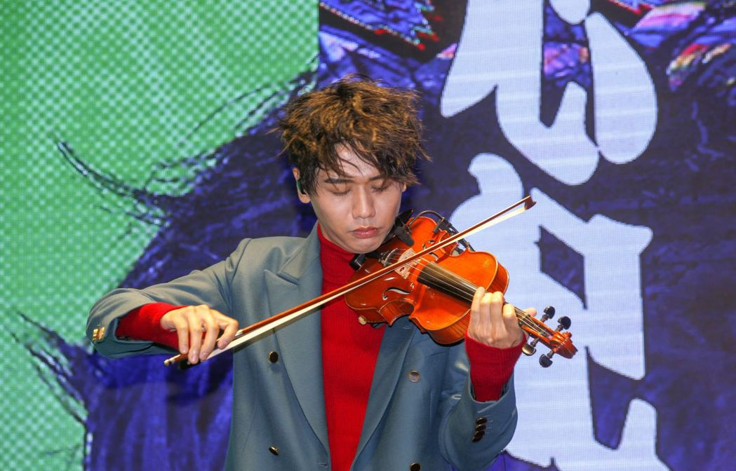 蔡旻佑台上拉小提琴,展現多才多藝。記者鄭超文/攝