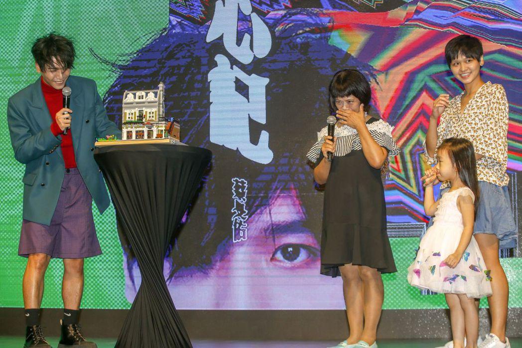 蔡旻佑承諾會幫父母分擔養老房,記者會送上模型,媽媽戲劇化噴淚。記者鄭超文/攝