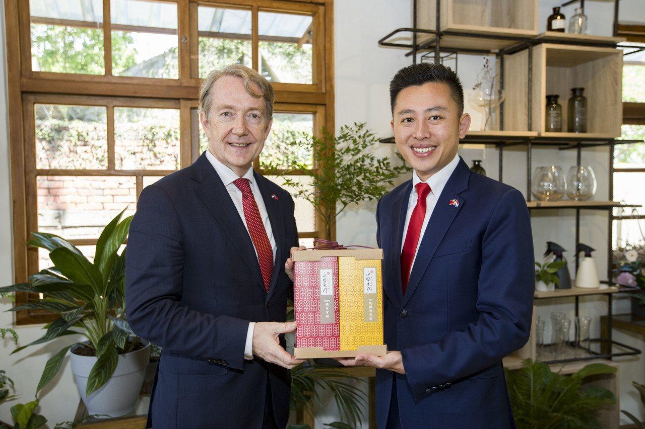 荷蘭貿易及投資辦事處代表紀維德(左)今年與新竹市長林智堅4度會面,林智堅致贈最新...