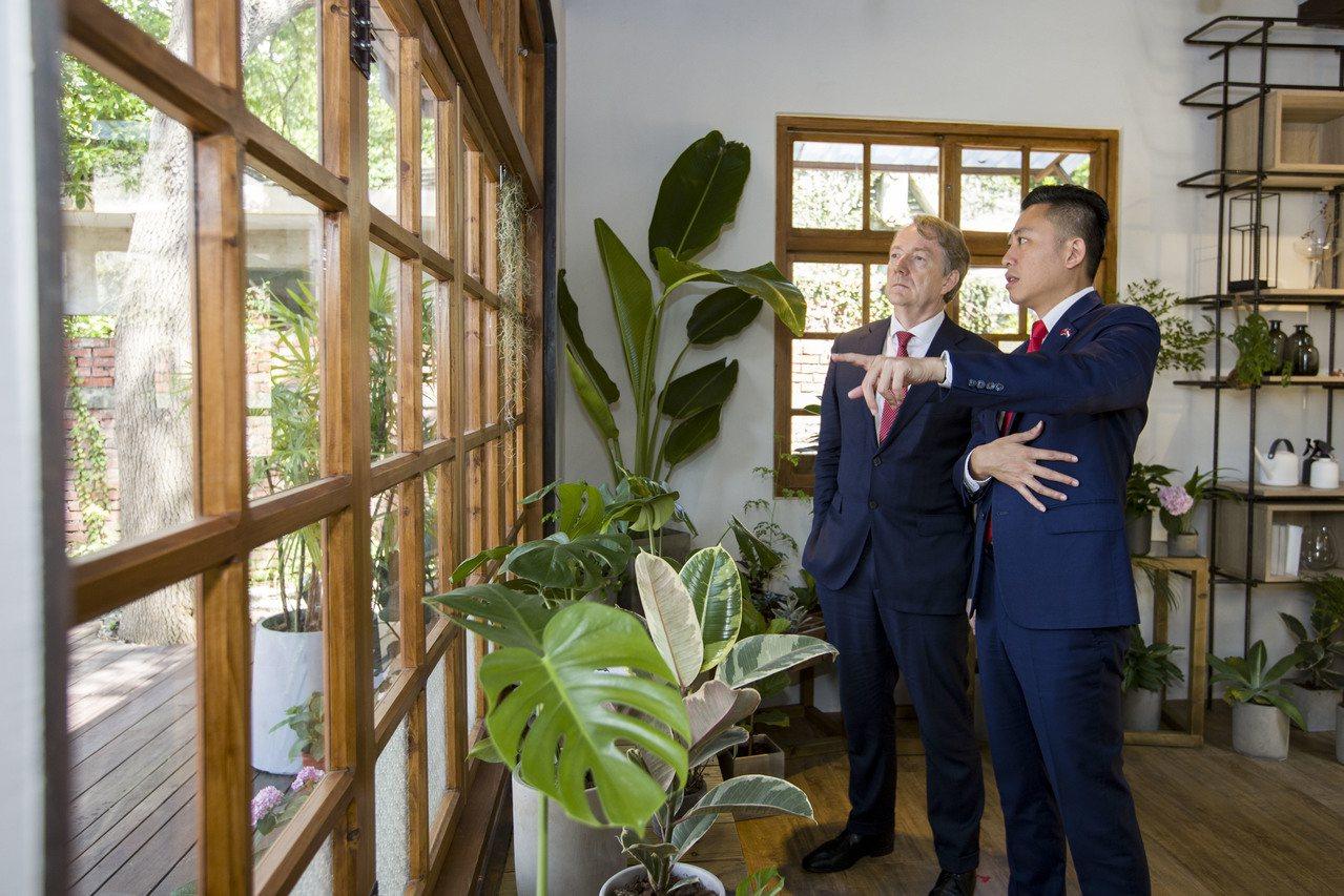 荷蘭貿易及投資辦事處代表紀維德(左)由新竹市長林智堅導覽將軍村圖書資訊園區。圖/...
