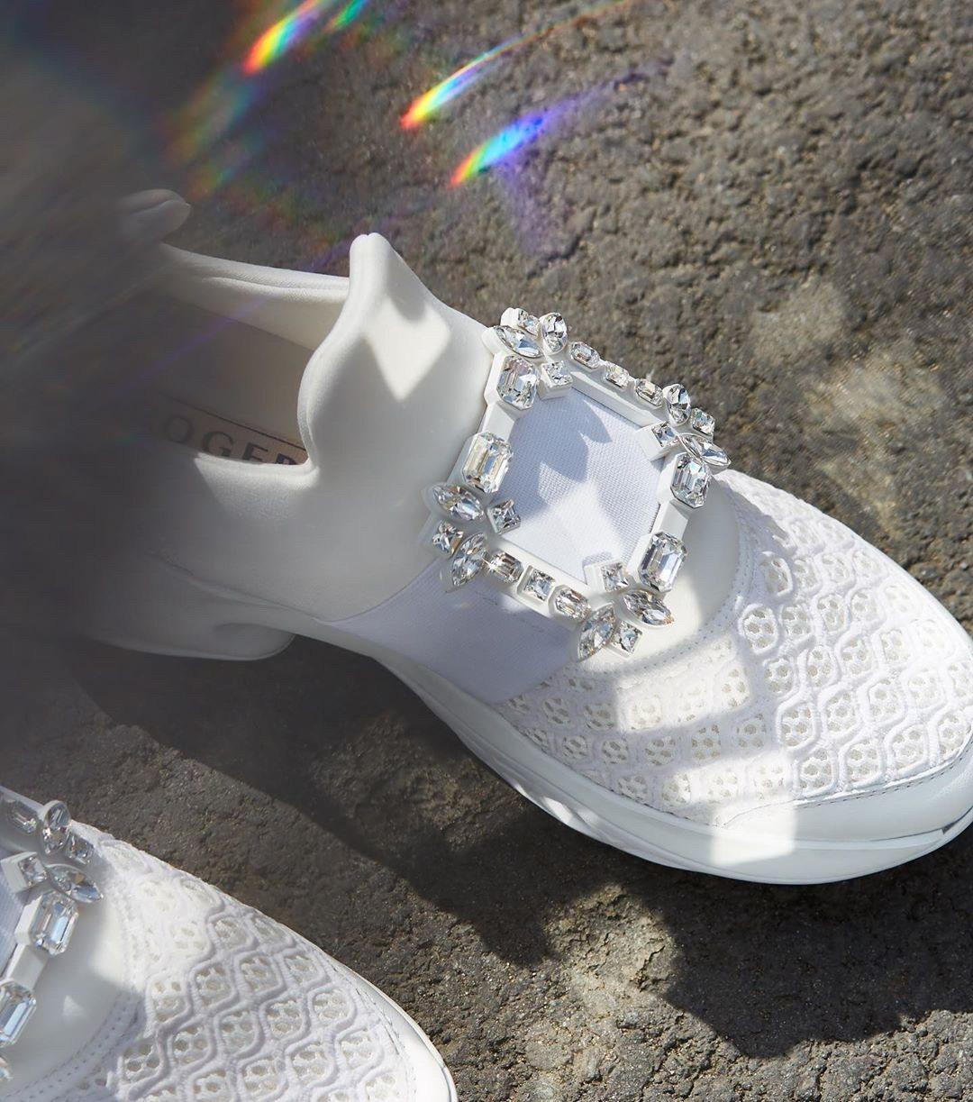 Roger Vivier Viv Run白色科技布料水鑽扣飾休閒鞋,42,600...