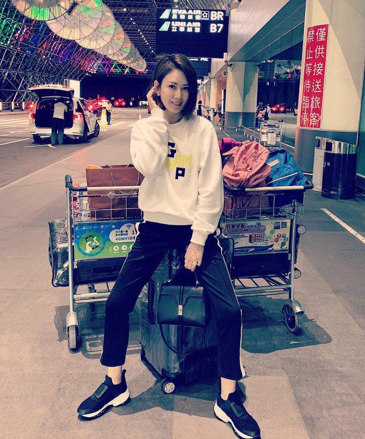 女星Melody穿著Viv Run黑色科技布料休閒鞋。圖/摘自臉書