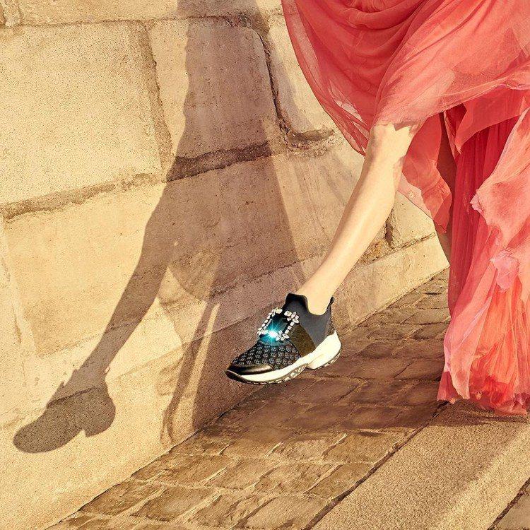 Roger Vivier Viv Run深藍科技布料水鑽扣飾休閒鞋,42,600...