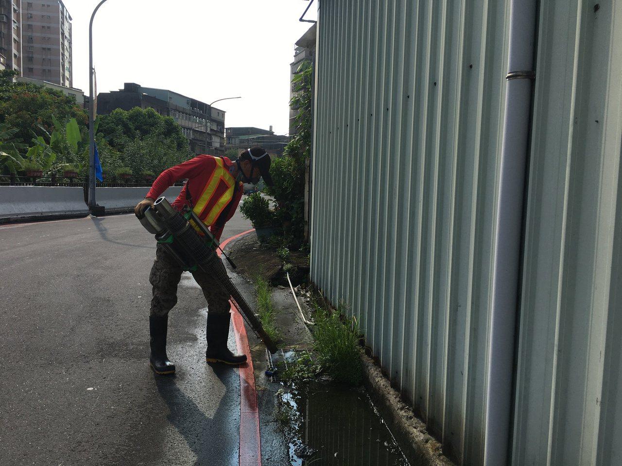 新北市衛生局派員戶外化學防治噴消與孳清作業。圖/新北市衛生局提供