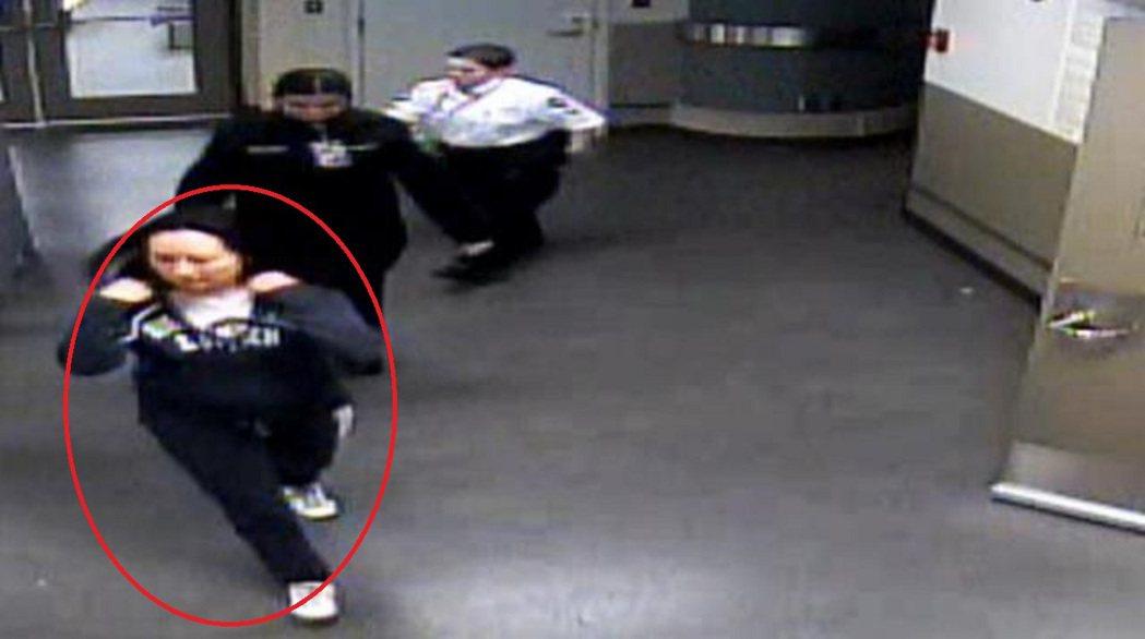 孟晚舟去年在溫哥華機場被捕時,身穿一件藍色的連衣帽(畫紅圈者)。 圖/影片截圖