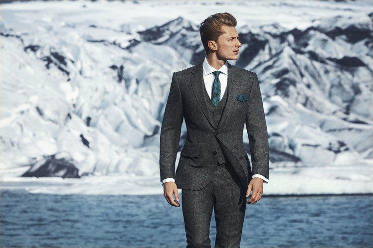 英國皇室御用男裝Gieves & Hawkes挑選在冰島拍攝,藉著布料質感的變化...