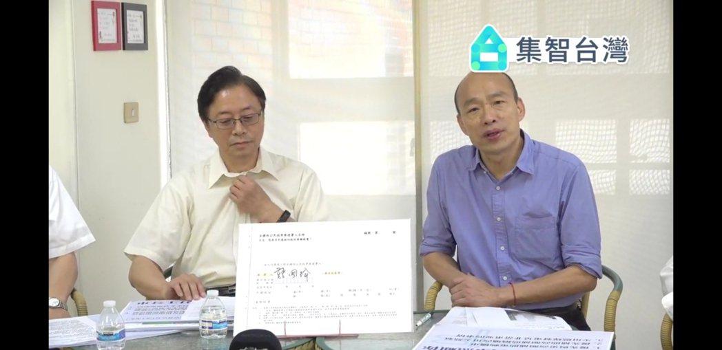 韓國瑜今在國政說明會上簽署同意核四起封臉書。記者賴郁薇/翻攝自韓國瑜直播