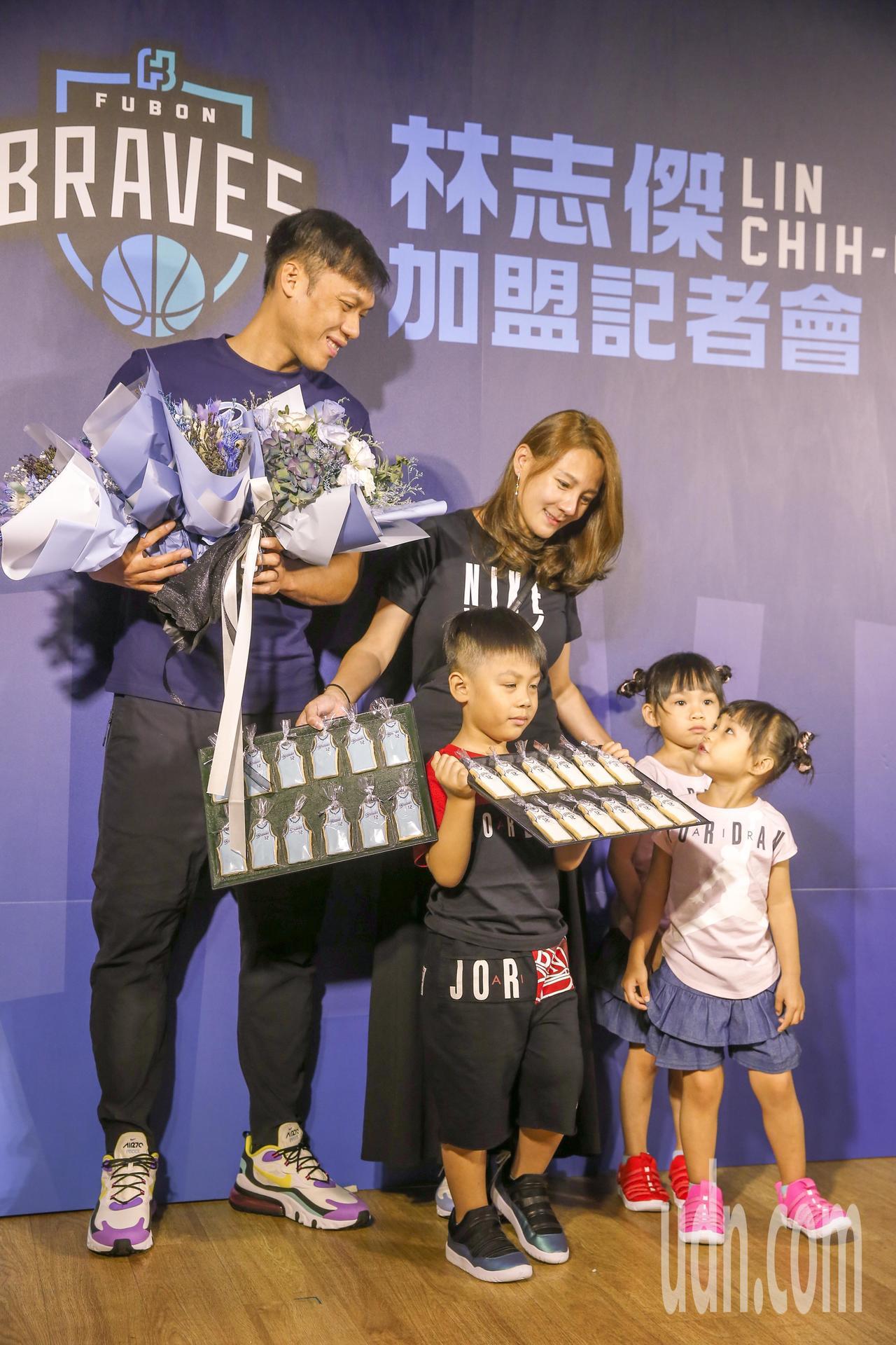 林志傑(左)下午宣布正式加盟富邦勇士,記者會上林志傑表示,家人一起來送花。記者鄭...