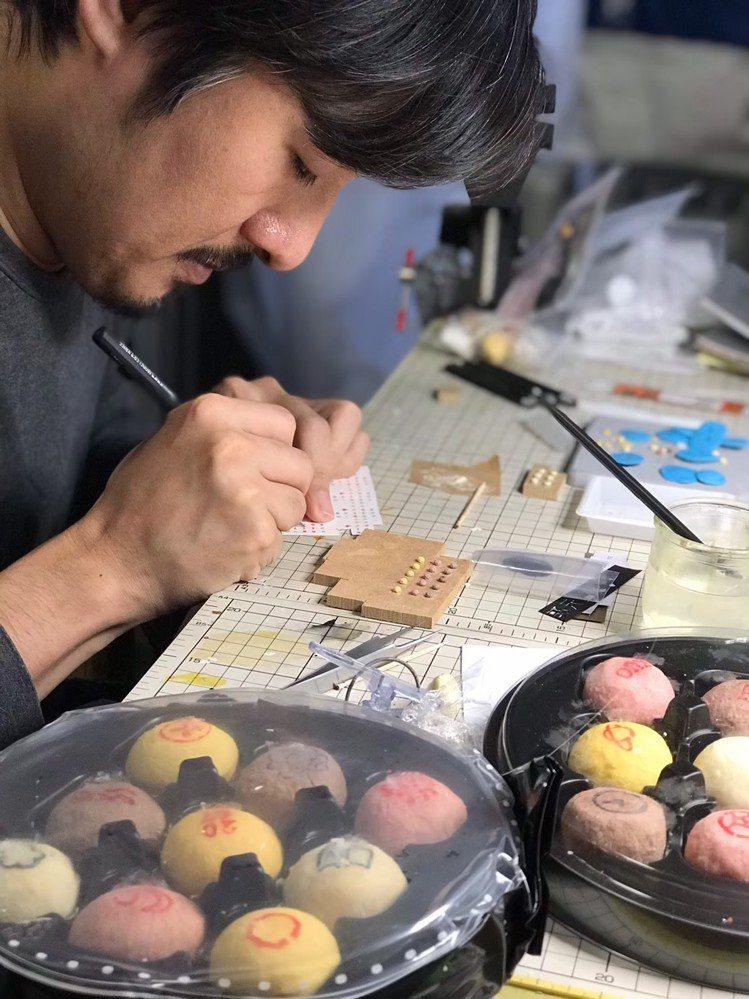 日本微縮模型名師田中智首度來台策展,打造八座百年糕餅微縮模型。圖/郭元益提供