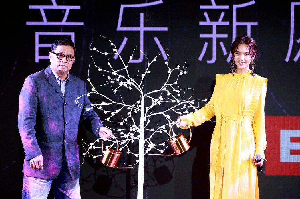 楊丞琳(右)與環球音樂大中華區總裁暨執行長張松輝一同出席簽約記者會。圖/EMI提...