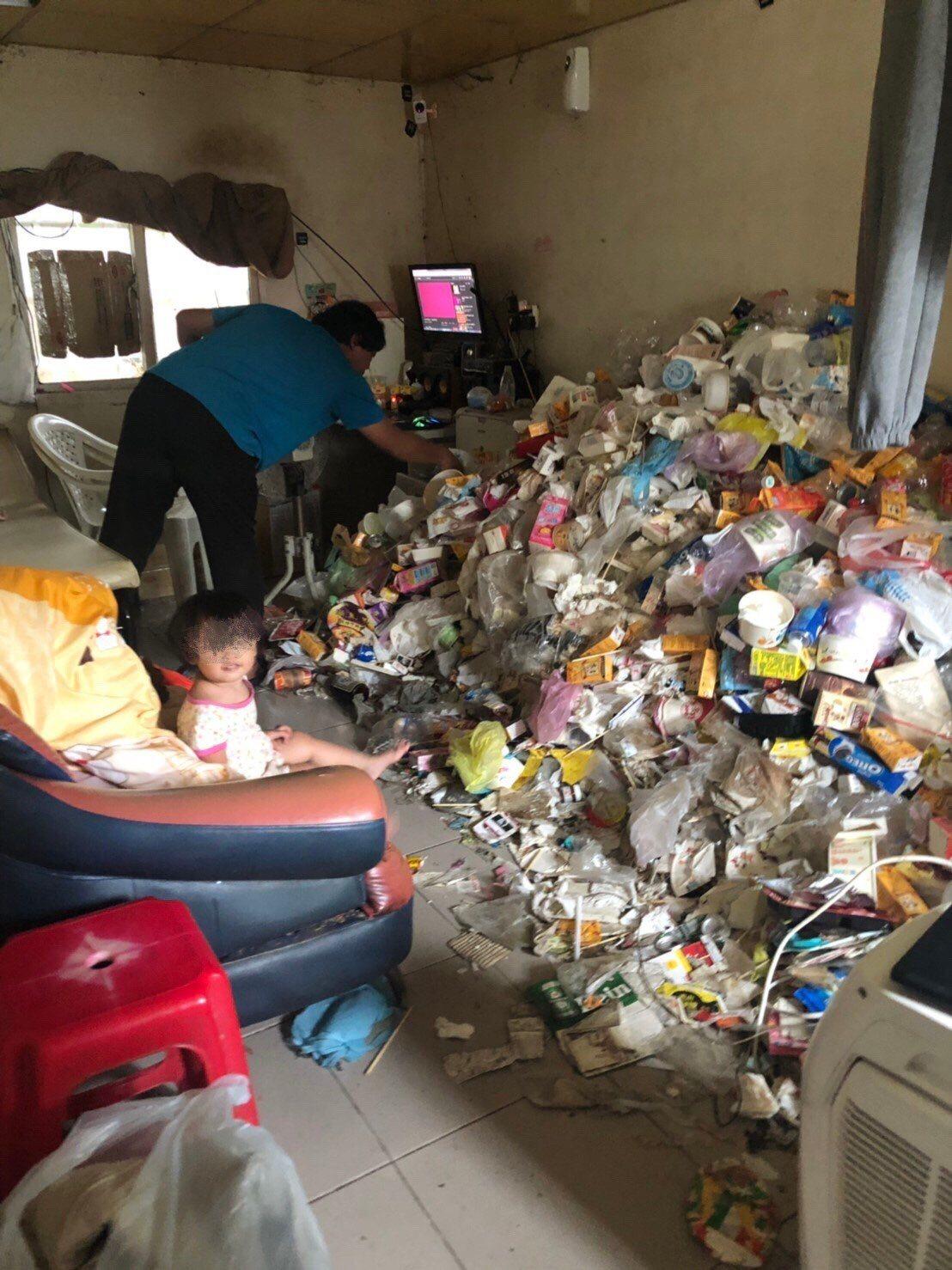 屏東海青青弘會日前訪視萬丹鄉灣內村一戶人家,發現屋滿是食用後的餐盒、使用過的尿布...