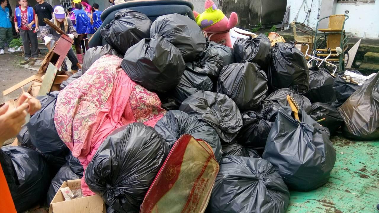 今天上午多名志工前往協助清理家園,總共清出2輛卡車垃圾,現在屋內已煥然一新。圖/...