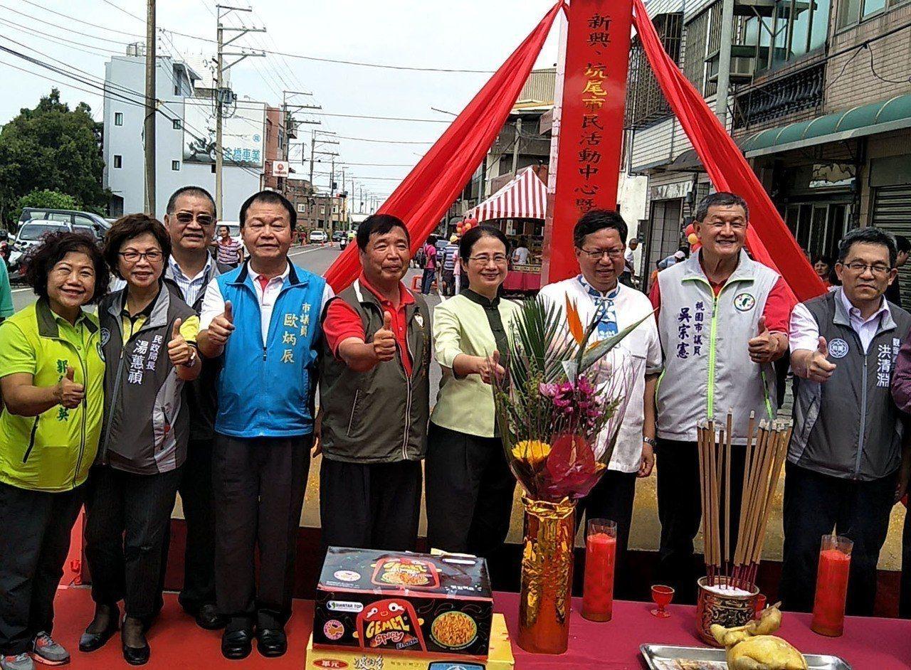桃園市議員歐炳辰(左四)。本報資料照片