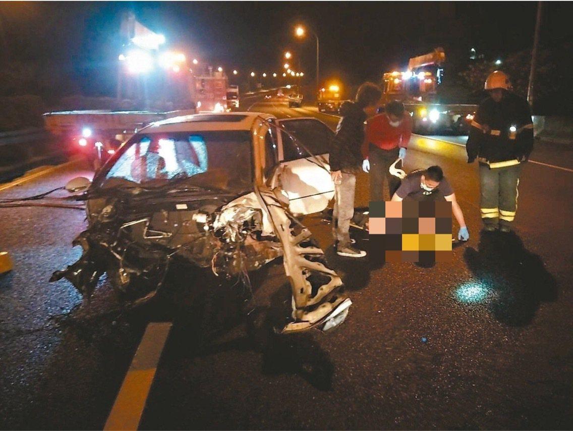 苗栗23歲李姓男子無照駕駛在國道上超速行駛,造成3死1傷車禍,其中1名3歲女童遭...