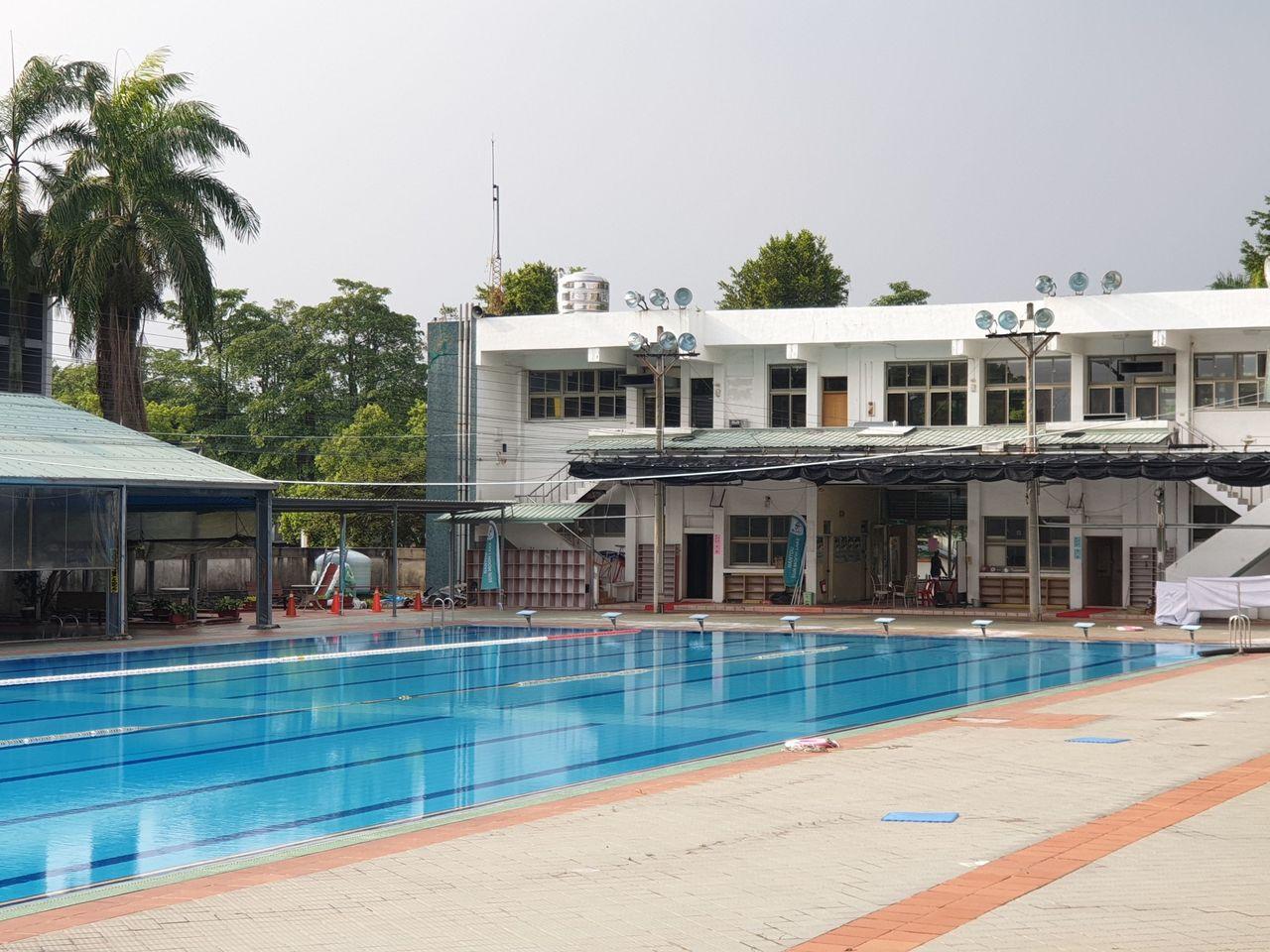 南投縣草屯鎮立游泳池近期遭得標商棄標,被迫在暑假旺季暫停營運,公所完成整理,明起...