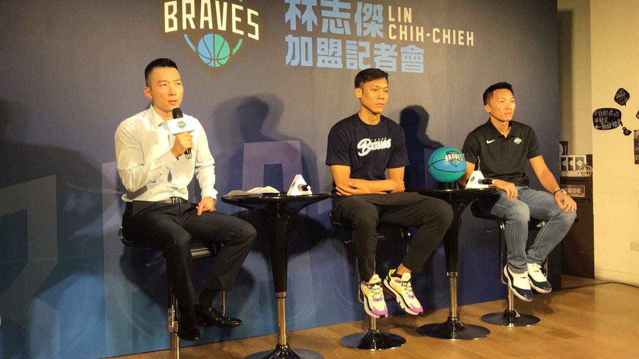 蔡承儒(左)希望透過富邦勇士的改變讓國內籃壇慢慢看到未來。記者劉肇育/攝影