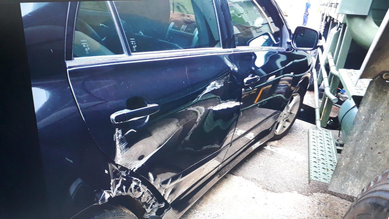 年輕的陳姓女駕駛因不當超車,與軍車發生擦撞,陳女的車輛左前車頭及右側車身嚴重毀損...