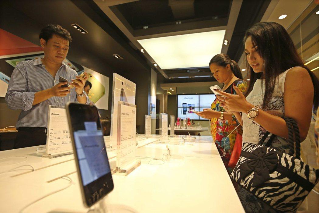 泰銖持續升值壓低了iPhone和三星等高價位智慧手機的價格,有助招徠顧客。歐新社
