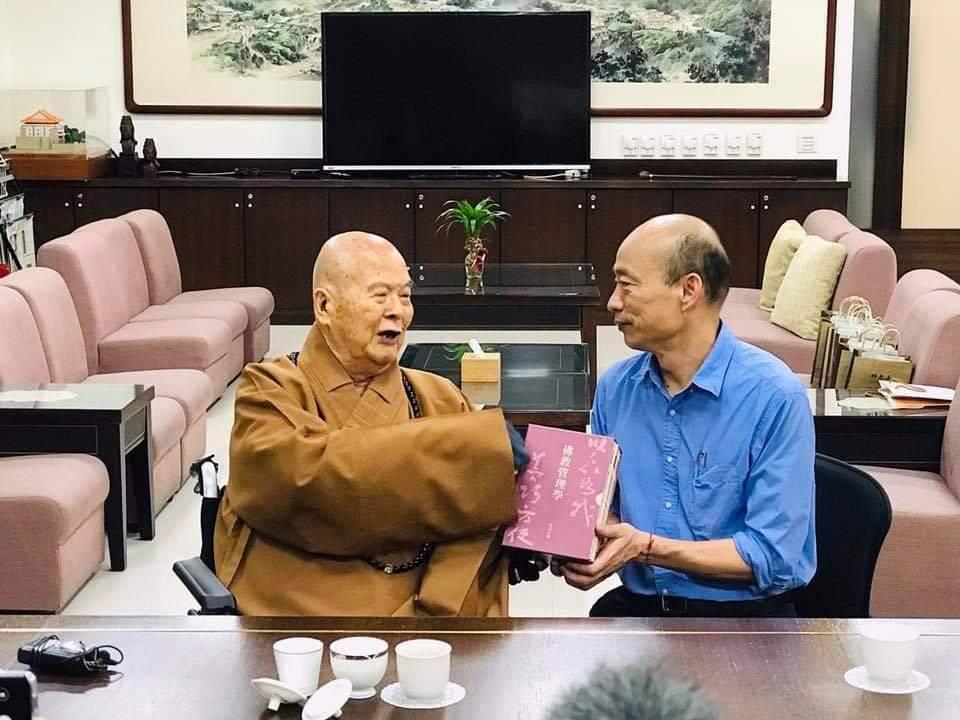 今天是星雲大師生日,高雄市長韓國瑜上山祝壽。圖/取自韓國瑜臉書