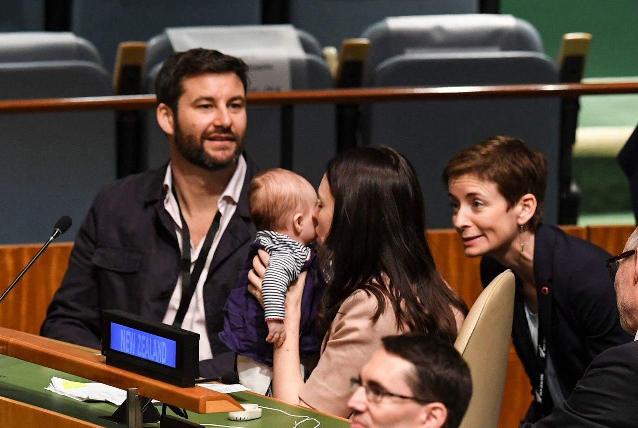 紐西蘭總理阿爾登(中)去年9月曾帶著3個月大的女兒,到美國紐約出席曼德拉和平峰會...