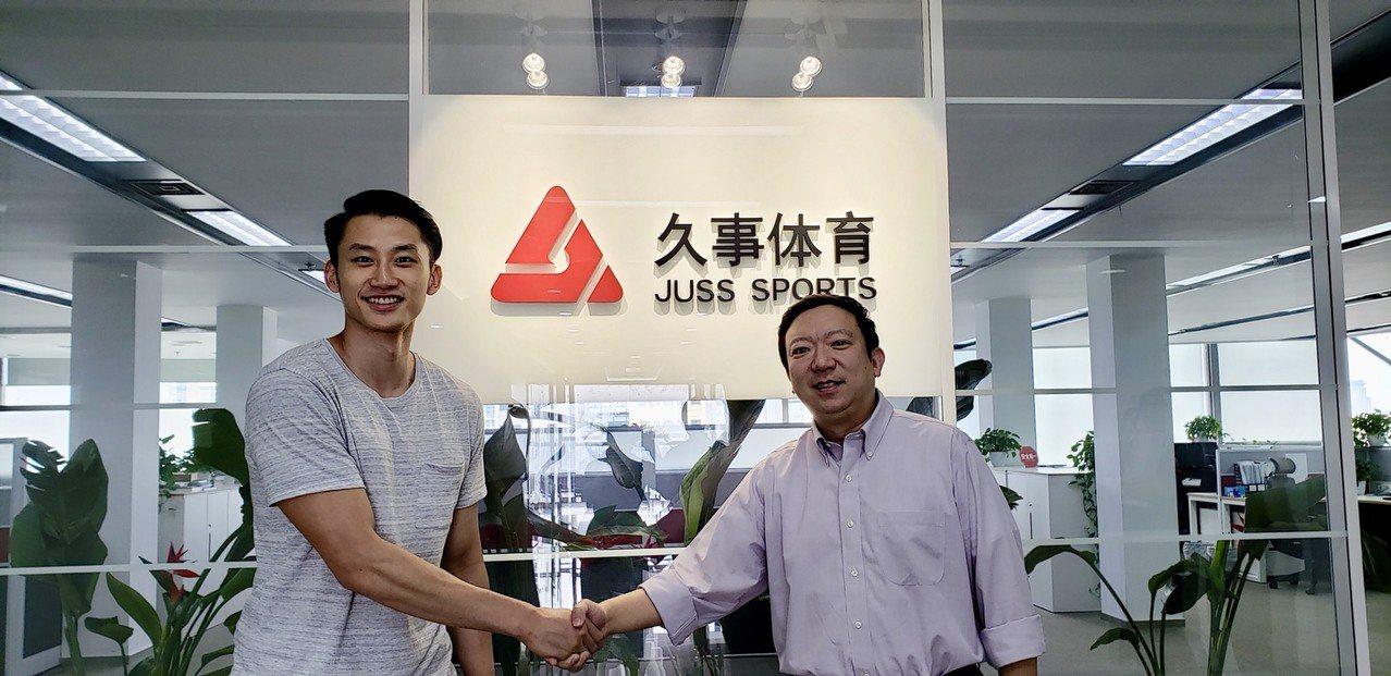 吳永盛(左)與俱樂部總經理錢安柯。圖/上海久事大鯊魚隊提供