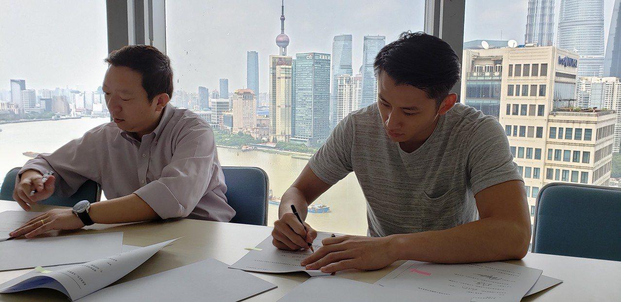吳永盛(右)與上海久事大鯊魚隊正式簽約。圖/上海久事大鯊魚隊提供