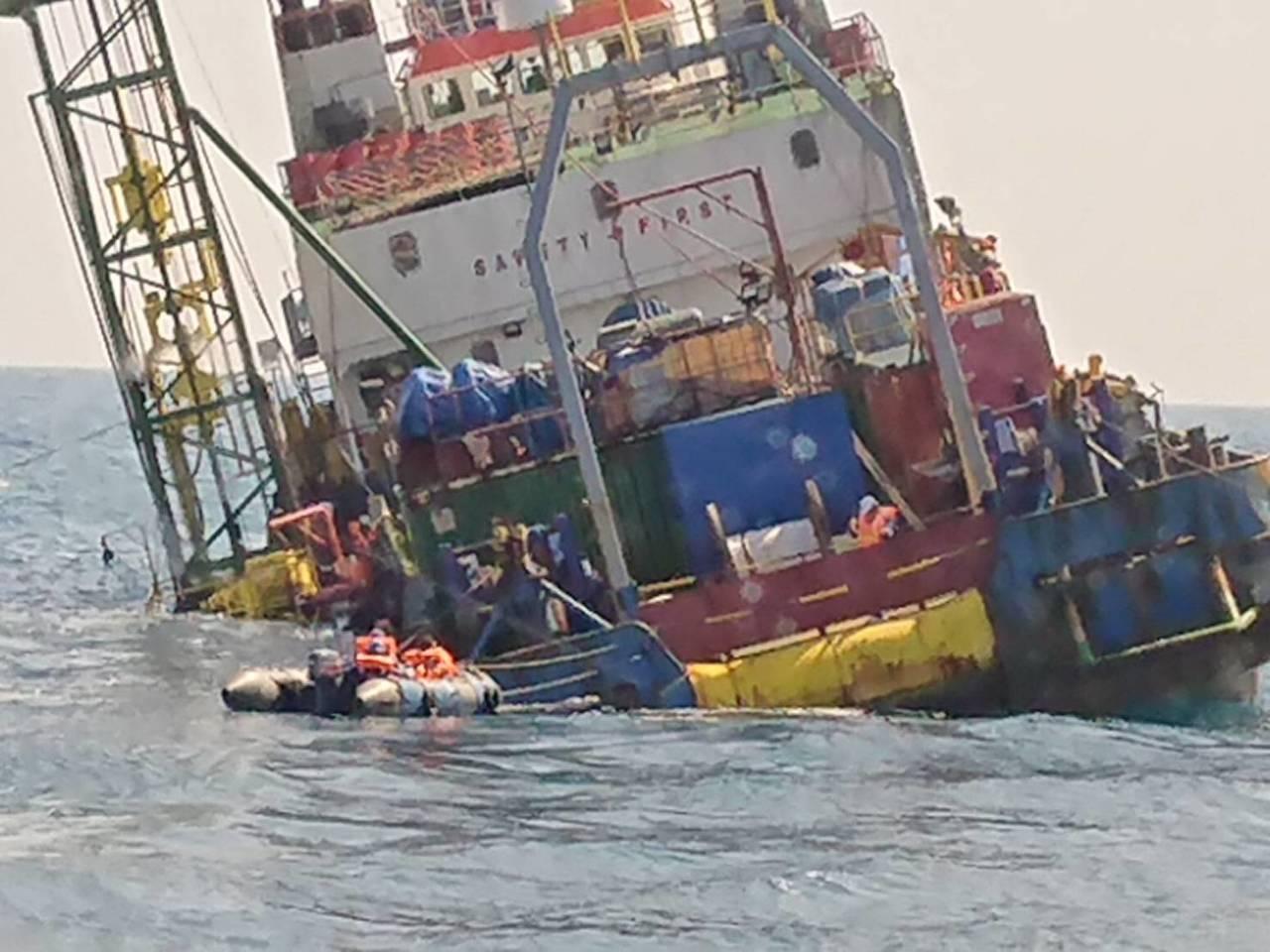 印尼籍派翠工作船今天下午於彰化外海疑因船隻故障,船身傾斜進水,畫面驚人。圖/海巡...