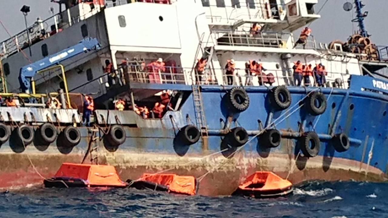 印尼籍派翠工作船因船身嚴重傾斜,船長宣布棄船,船上40名船員於甲板等待救援。圖/...