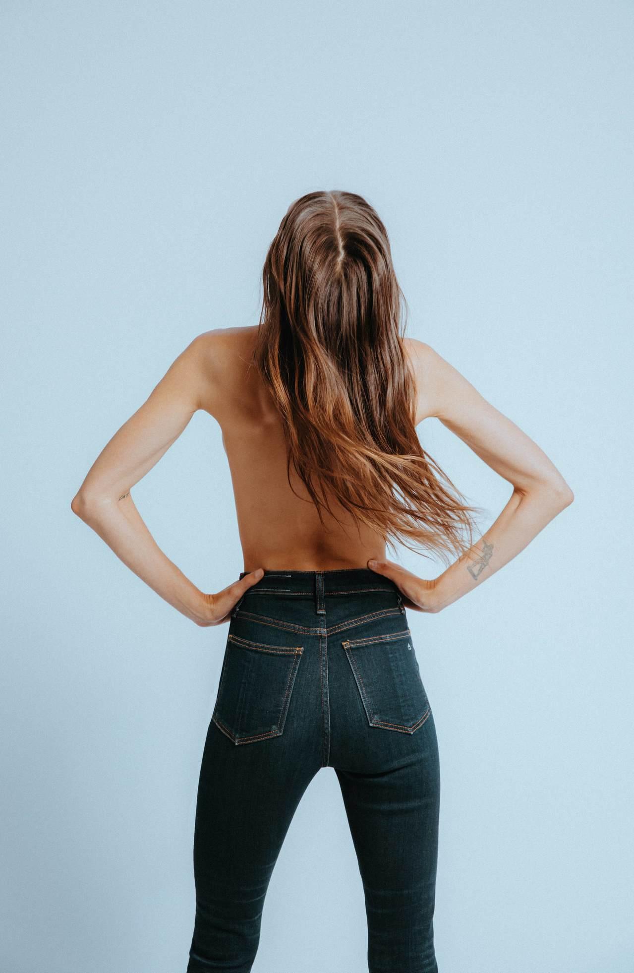 Bianca Balti身穿rag & bone Jane超高腰窄管褲。圖/ra...