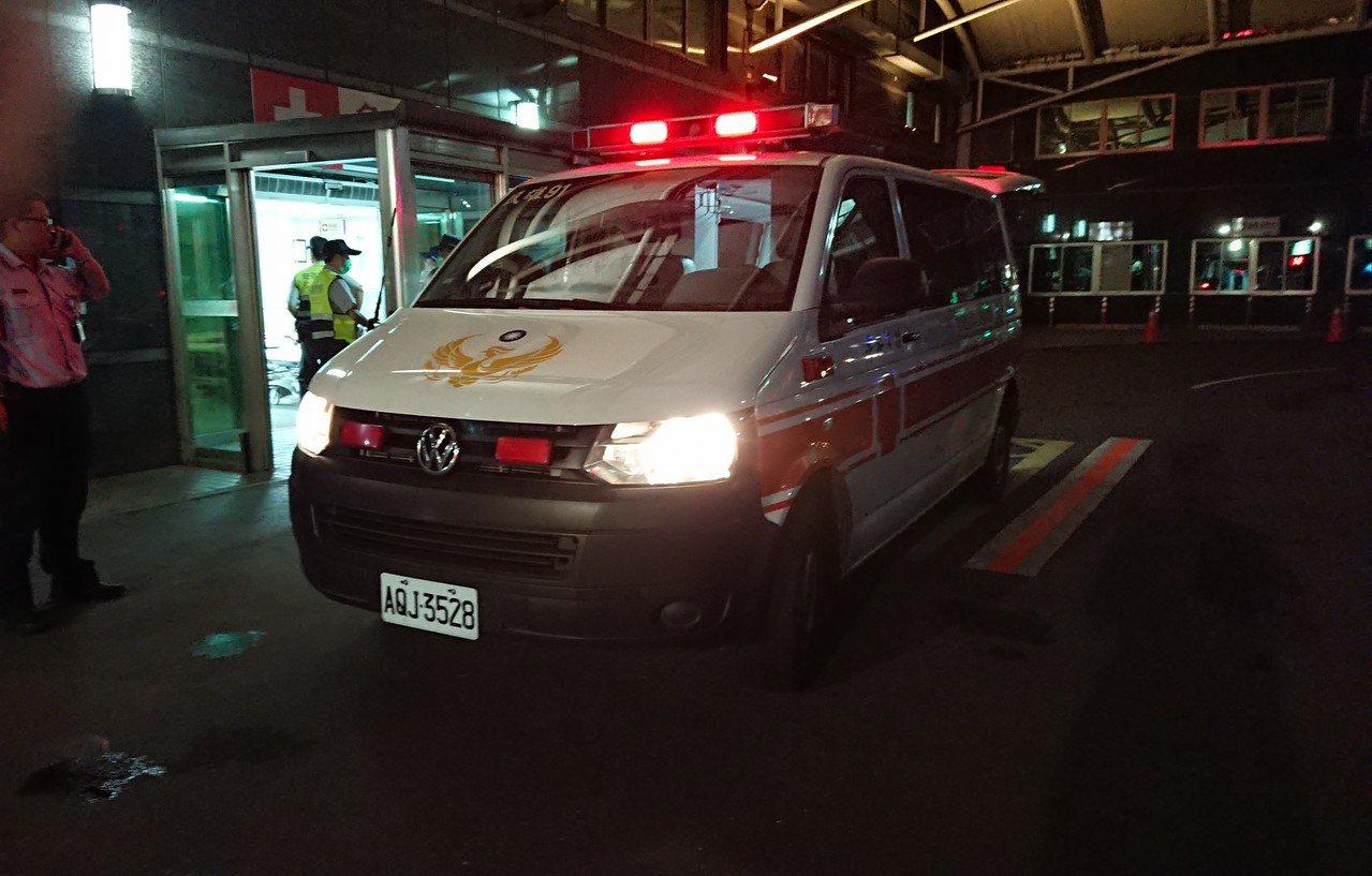 嘉義縣消防局,從民雄大士爺廟附近,載送多名傷者到醫院。記者卜敏正/攝影