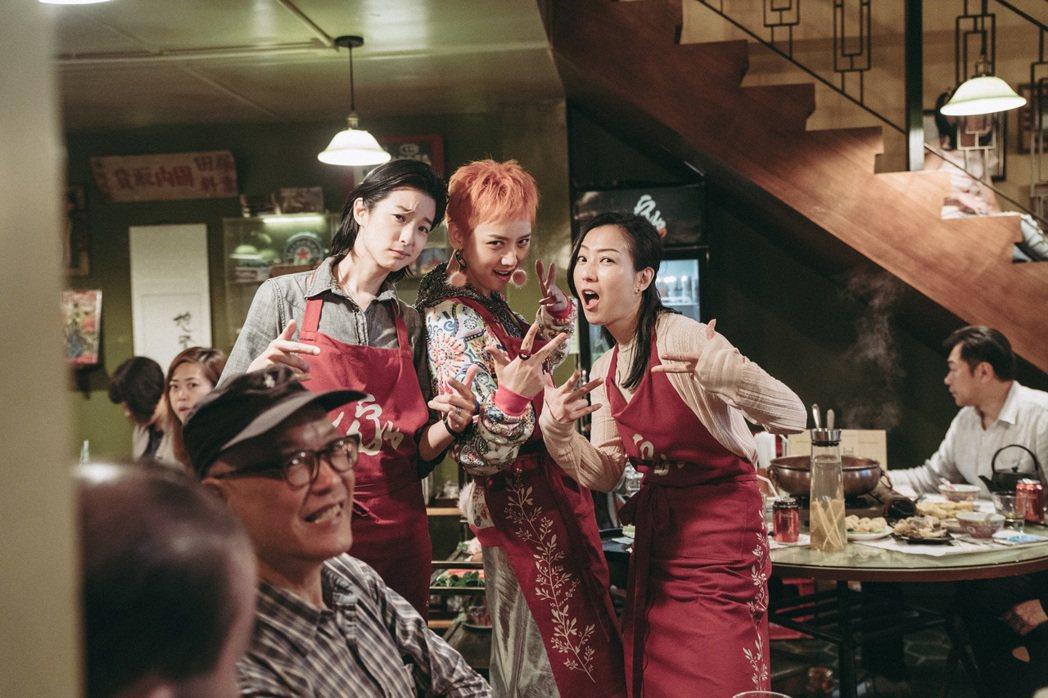 鄭秀文(右)、賴雅妍(左)及李曉峰演出同父異母三姊妹。圖/華映提供