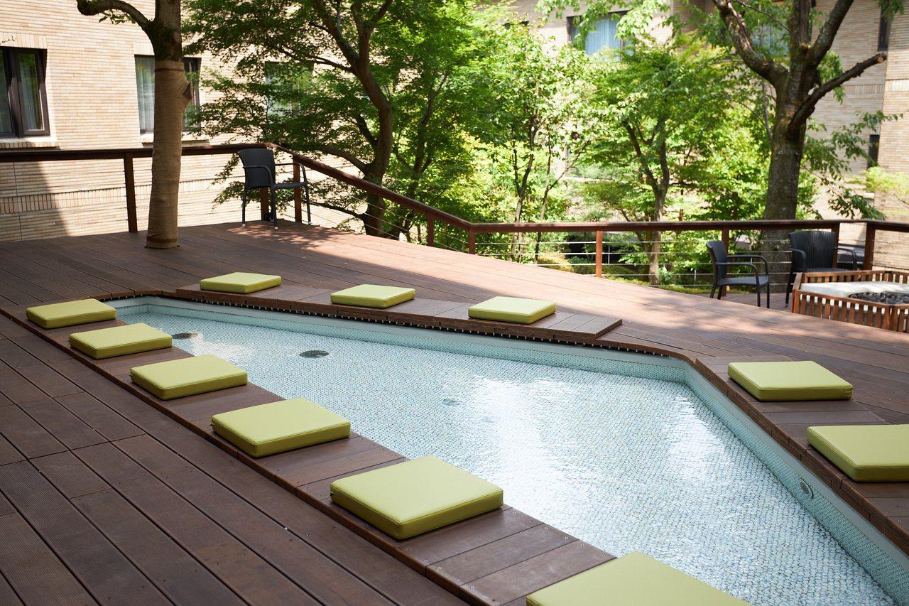 SPA露臺庭園提供有足湯供房客使用。圖/業者提供