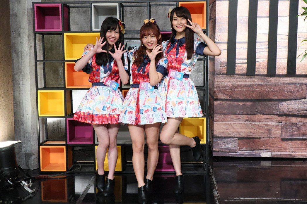 AKB48 Team TP團員品涵(左起)、詩雅、語晴上「娛樂鄉民」節目。圖/M