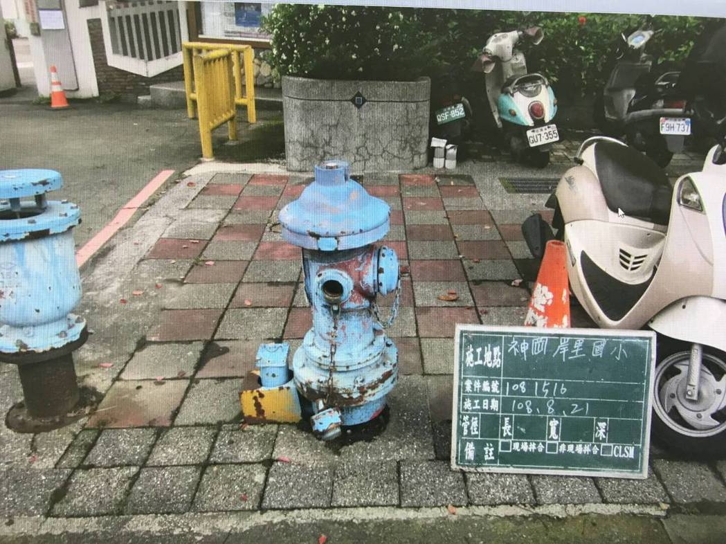 台中市神岡區岸裡國小前的藍色消防栓。圖/豐原給水廠提供