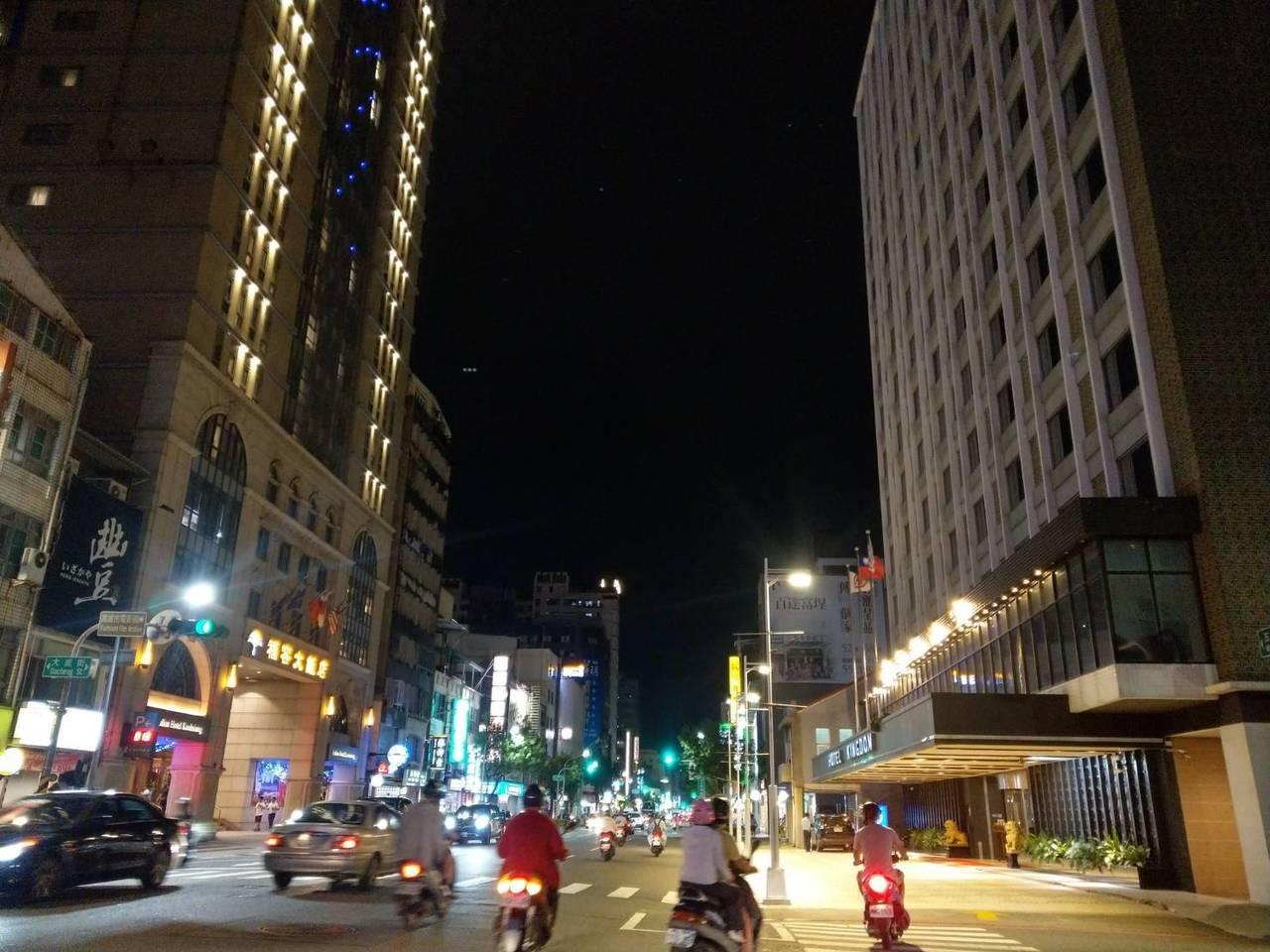 高雄華王飯店(右)和高雄福容飯店(左)幾乎相對立。記者謝梅芬/攝影
